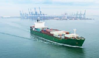 Barco saliendo de puerto marítimo - Servicio de Transporte marítimo de todo tipo de mercancías