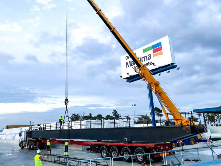 Transporte de carga especial de mercancías sobredimensionadas en camión góndola