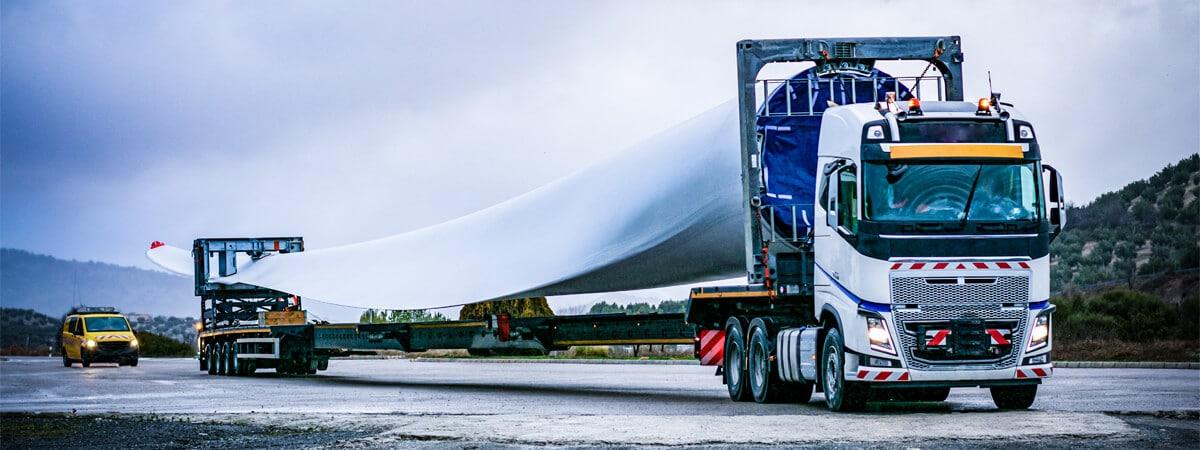 Transporte especial en camión góndola con vehículo de seguimiento