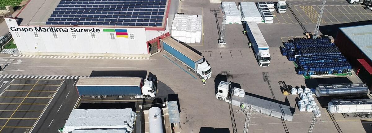 Transporte terrestre de mercancías en camiones de carga en oficinas centrales de Grupo Marítima Sureste
