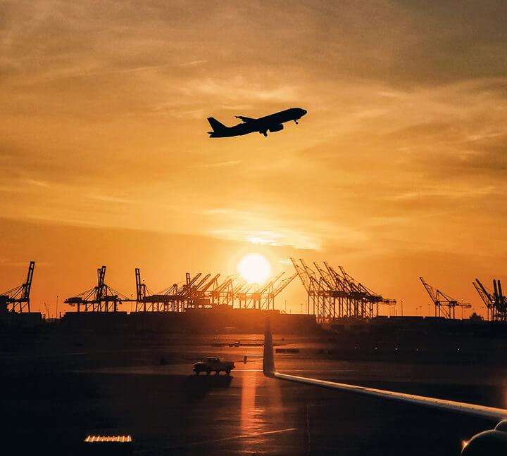 Transporte aéreo de mercancías con puerto marítimo de fondo