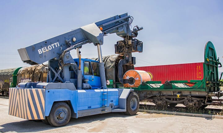 Loading and unloading of heavy special goods rail transport